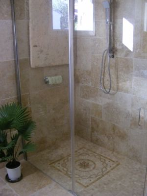 Douche en travertin montrez nous votre douche l 39 italienne hammam pinterest for Photo douche italienne