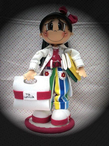 Boneca feita de EVA em 3D de ótima qualidade, as bonecas são feitas sob encomenda, os braços são flexíveis, assim podendo mexer os braços, cor dos olhos, cabelos, pele, tipo de brinco, tênis ou sapato, saia ou calça, enfim, existem muitas variedades. Todas as bonecas vem com acessórios, como bolsa, argola do cinto de metal, os brincos podem variar, entre, chanton, strass, pérolas... pulseiras e cordões feitas de bijuteria, outros acessórios como enfeite de cabelo podem ser de laços prontos…