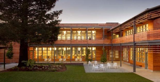 A escola Marin Country Day, em Corte Madera, Califórnia, foi a primeira instituição de ensino a receber o selo LEED Platina e também o primeiro edifício equipado com salas de aula a alcançar o nível zero em energia.