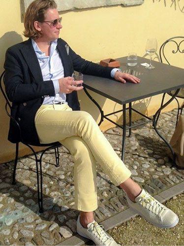 【春】紺ジャケット×イエローパンツ・白スニーカーの着こなし(メンズ) | Italy Web