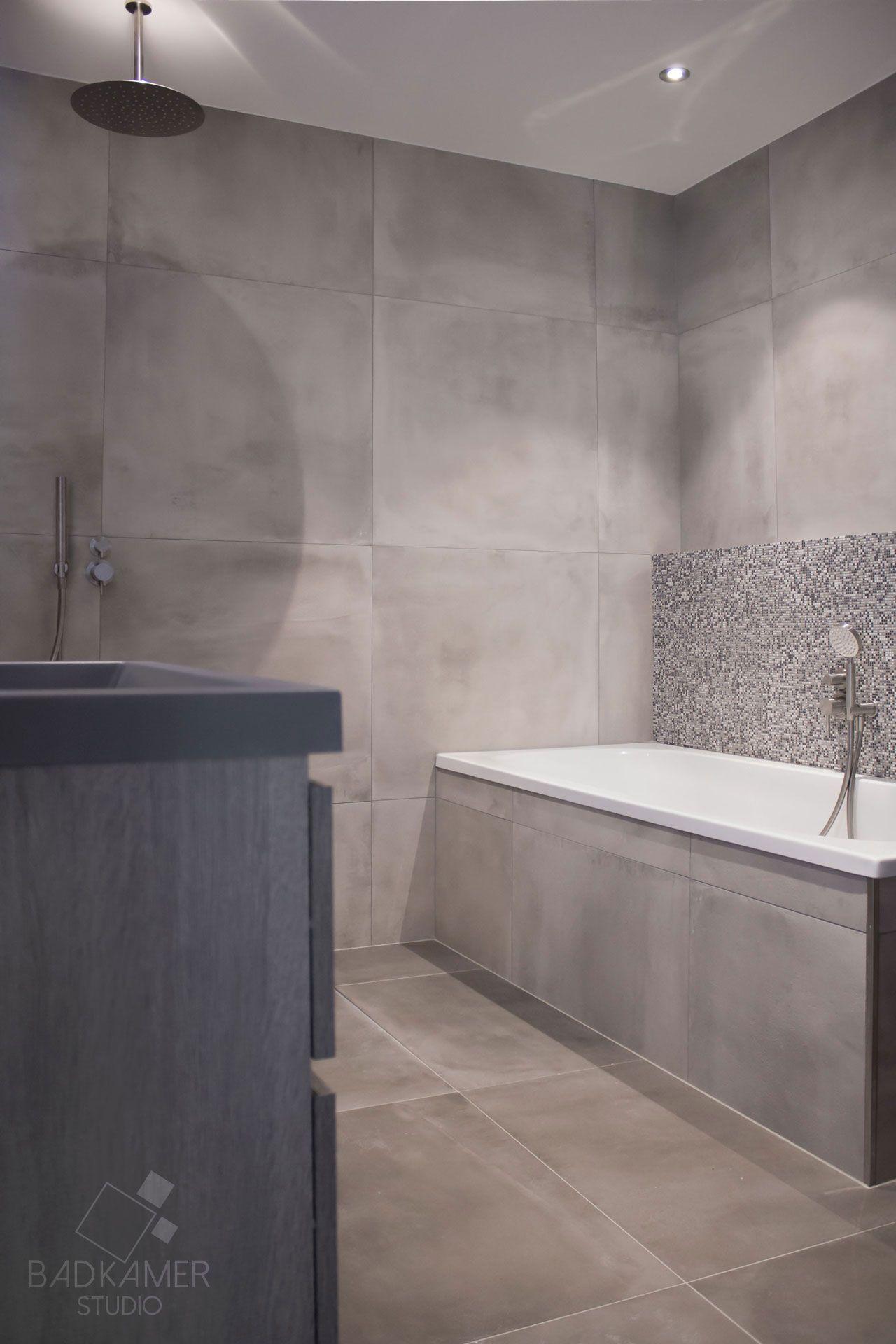 Hedendaags Kleine robuuste maatwerk badkamer. De vloer en muren zijn betegeld LN-89