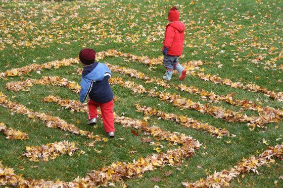 Blätterlabyrinth! Das ist super für einen Tag an dem die Blätter zu nass sind, um damit zu basteln.