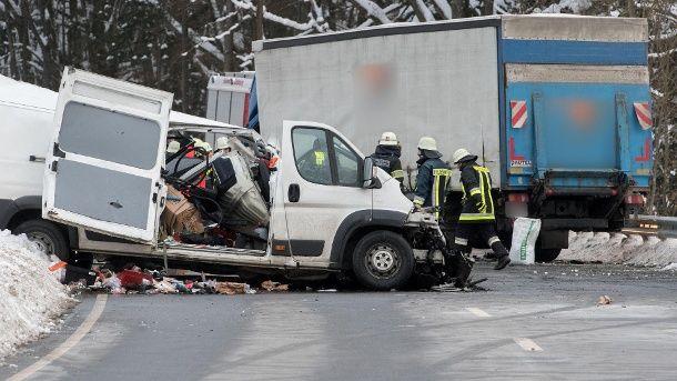 Zwei Menschen Sterben Bei Frontalzusammenstoss Burg Unfall Kleintransporter