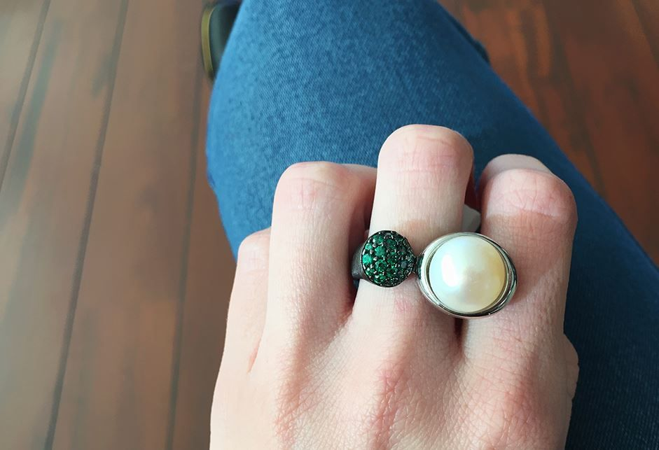 Sortija en plata con baño de rutenio, con perla y circonitas verdes