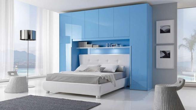 des placards de rangement autour du lit