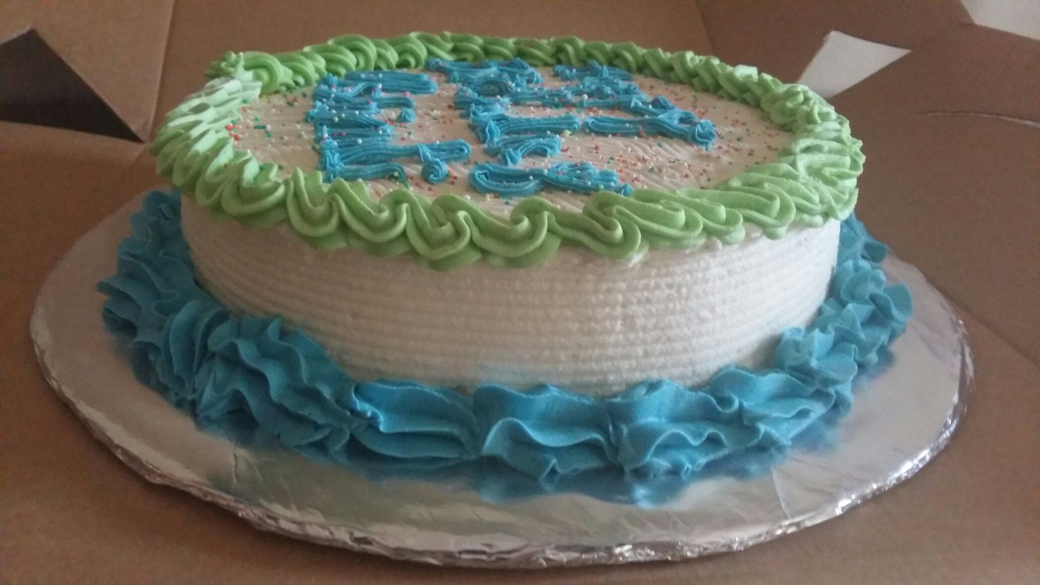 Moist vanilla cake. Crusting buttercream. Cake comb design. Sprinkles on top #crustingbuttercream