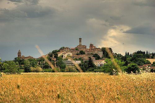 Сантарканджело-ди-Романья - Сантарканджело-ди-Романья — небольшой старинный городок, коммуна города Римини. Об этом живописном местечке знают немногие, но те, кто побывал там, несомненно отмечают его в своем списке, как уютный городок с множеством архитектурн
