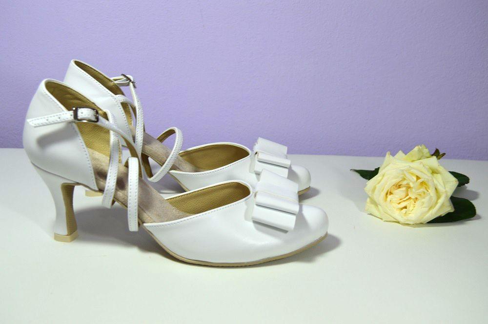 e81d5dafe3db Svatební boty bílé se zdobením - mašle podle návrhu klientky. Svadobné  topánky biele so zdobením