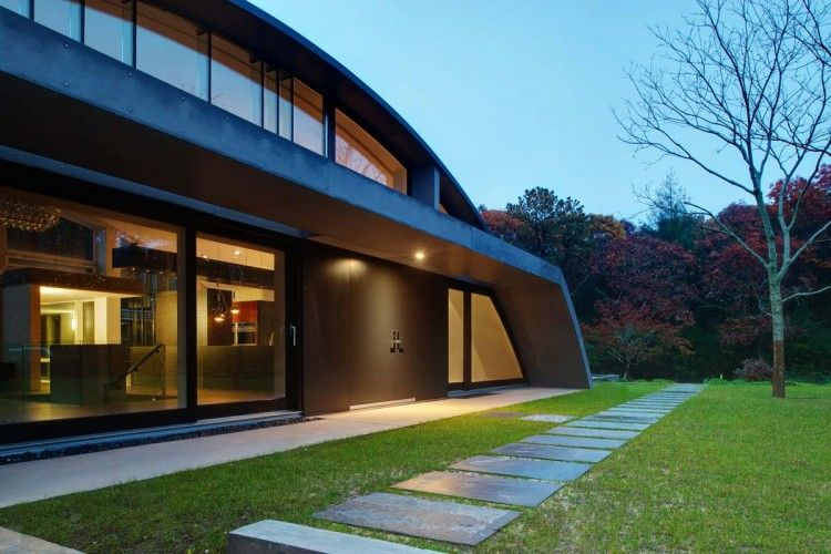 Surprisingly Adapted To A Difficult Site Arc House In East Hampton Green Building Design Modern House Design Arch House
