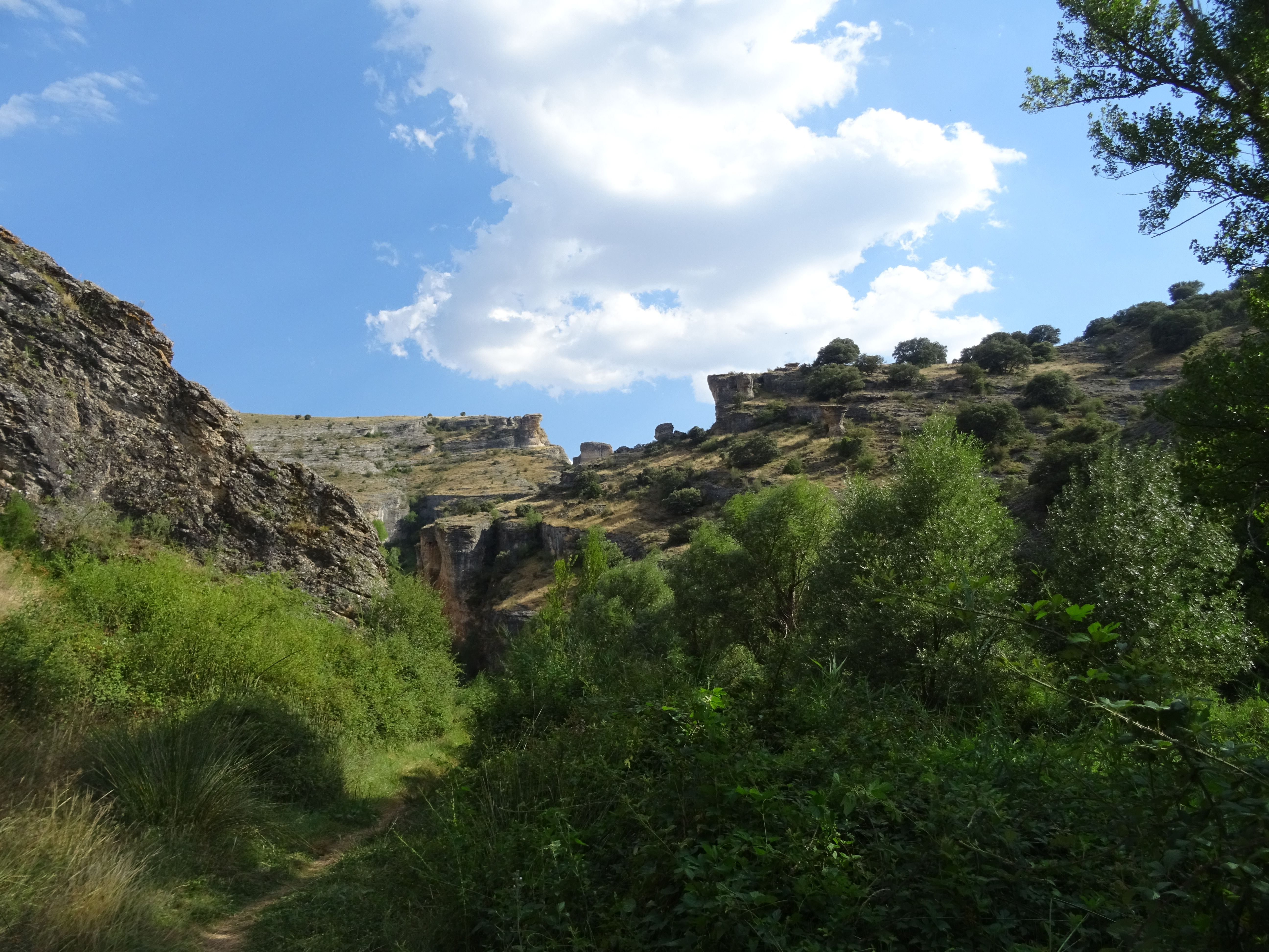 El inicio del camino impresiona pues vemos un camino rodeado de paredes de piedra imponentes