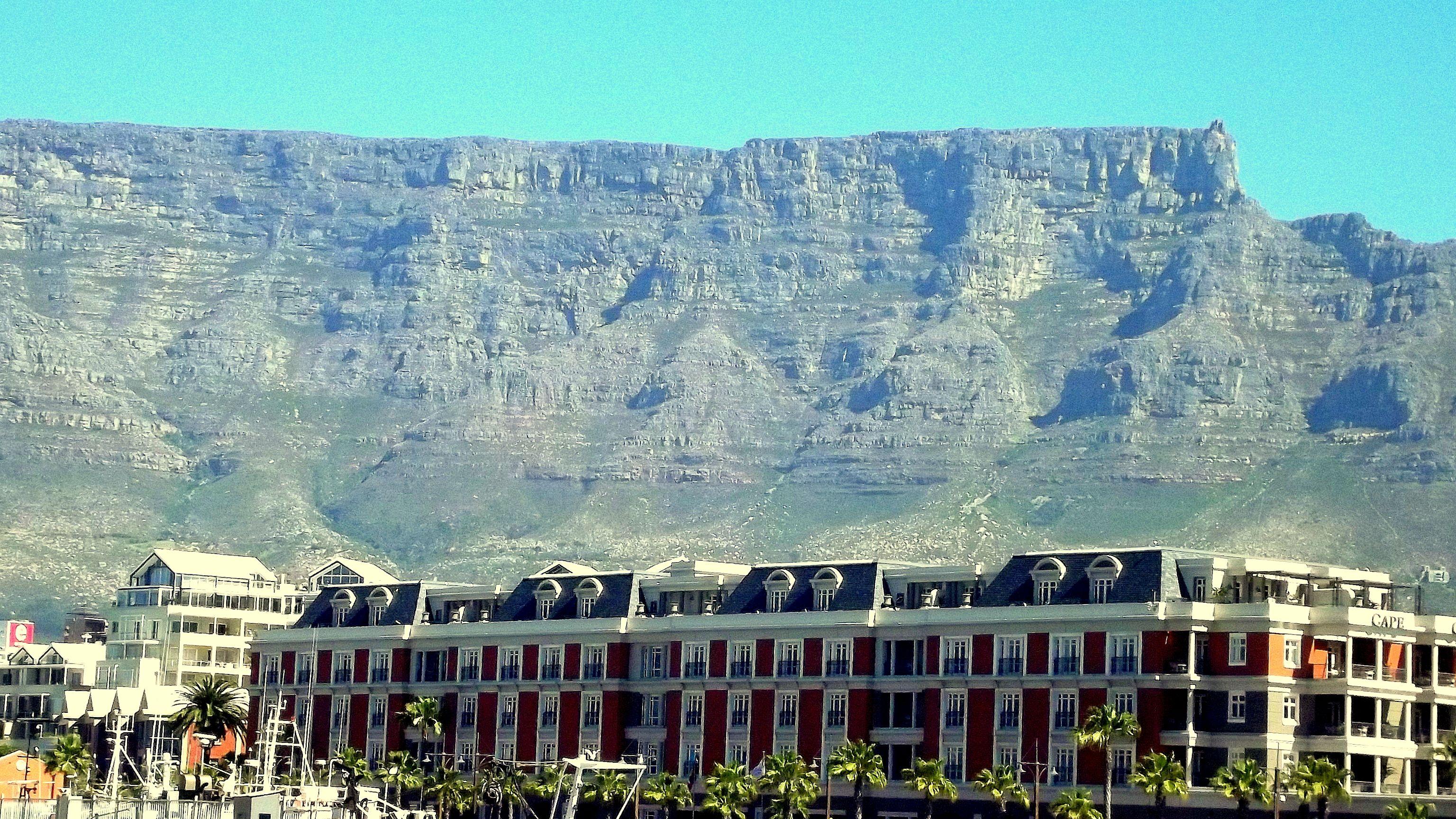 Com a Table Mountain atrás, a grande fachada entrega a colonização holandesa sucedida pela inglesa.
