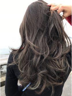 外国人風グラデーションカラーにハイライト ダークアッシュ ロングヘア 髪型 ヘアスタイル