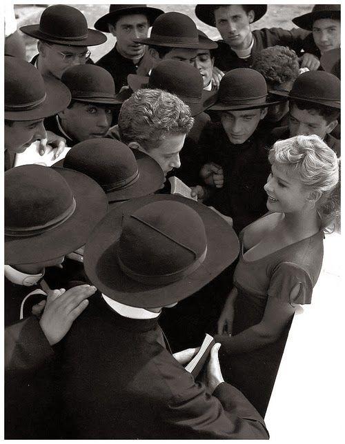 """Pierluigi Praturlon -  Roma, l'attrice Marisa Allasio sul set di """"Poveri ma belli"""" di Dino Risi, 1956"""