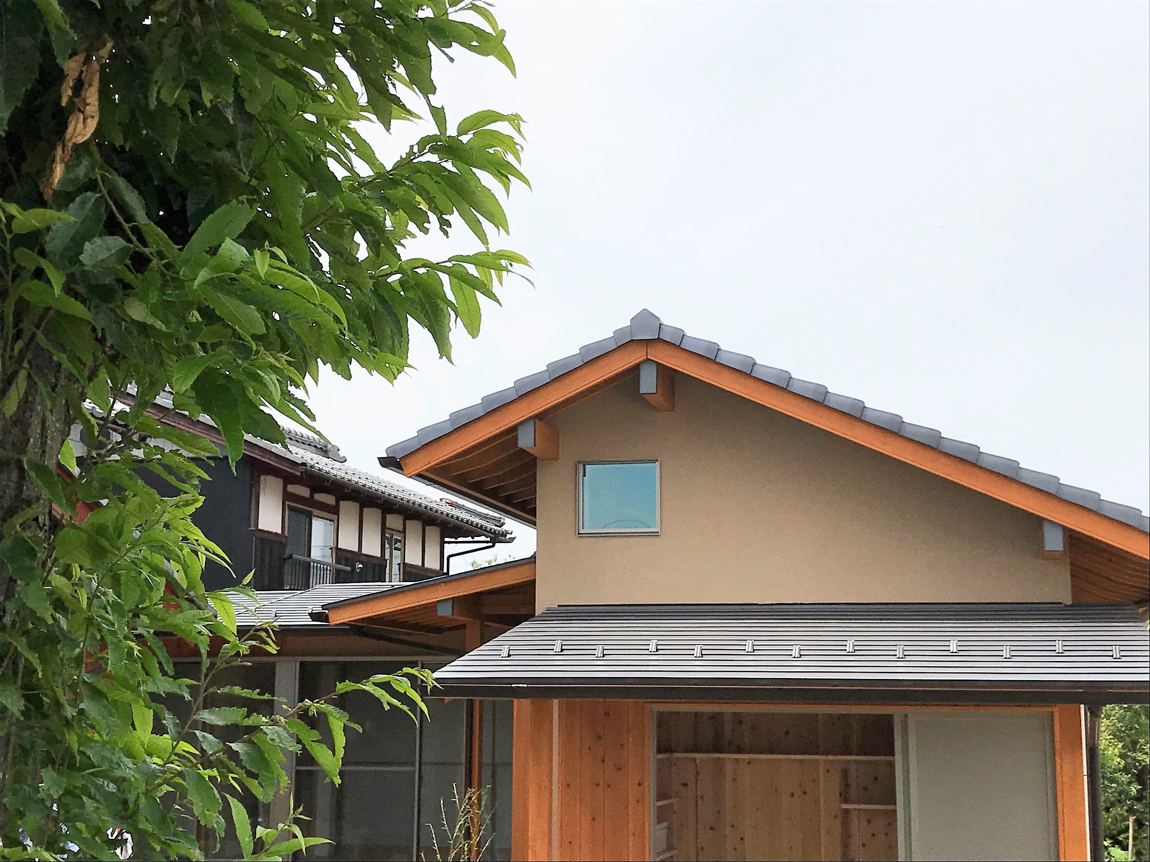 中庭で繋がる平屋の離れ 昔ながらの日本家屋が建つ街並みにもなじむ