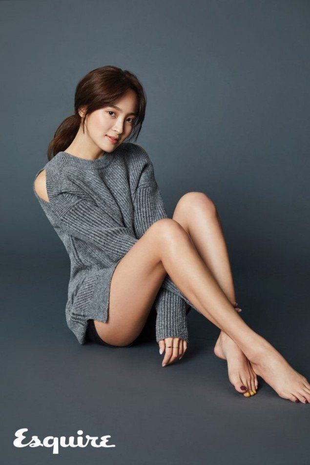 Actress Jung Hye Sung showed off her mile long legs for her