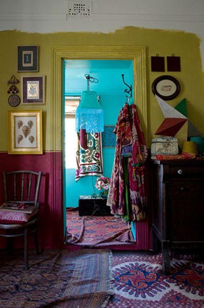 Keltainen talo rannalla: Boheemia tunnelmaa ja värejä