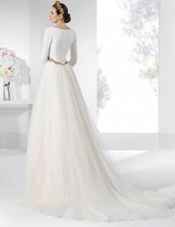 vestido de novia con amplia falda de tul bordado. | vestidos novia