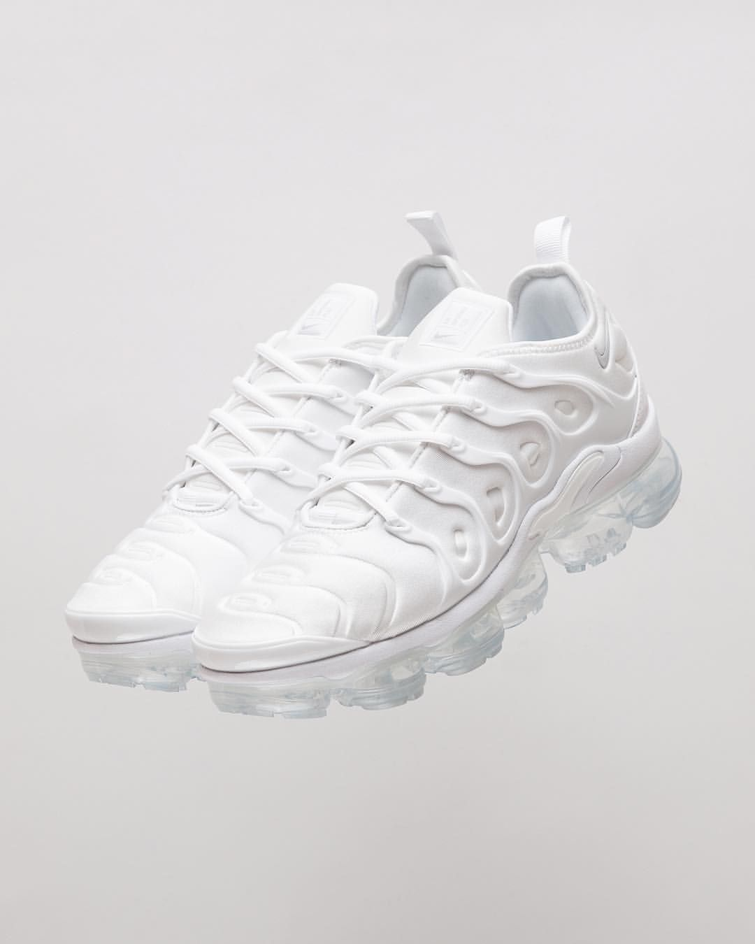 9ec4f2dd0cf Titolo Sneaker Boutique sur Instagram   NIKE Air Vapormax Plus ▫ White White -Pure Platinum⠀⠀⠀⠀⠀ ⠀⠀⠀⠀⠀ available online and in-store  titoloshop ...