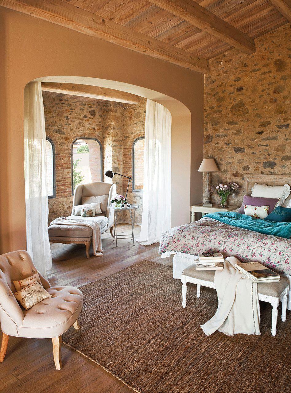 dormitorio rstico con paredes de piedra y vigas de madera