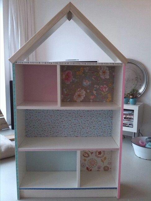 poppenhuis gemaakt van een boekenkast