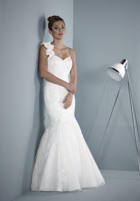 Weißes, bodenlanges One sholder Brautkleid mit Spitze und Herzausschnitt von Pure Bridal - Belamie -  Jetzt nachsehen in der weddix Brautkleider-Galerie