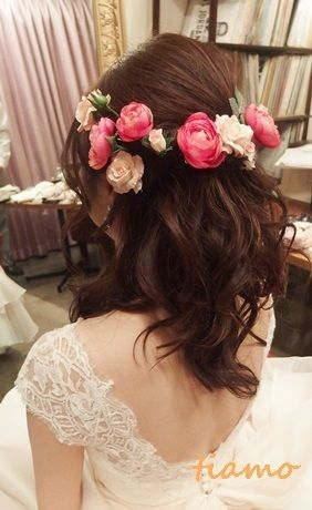 お花たっぷり花冠風ハーフアップの花嫁さま ウェディング ヘアスタイル ブライダルヘア ウェディングアップヘア