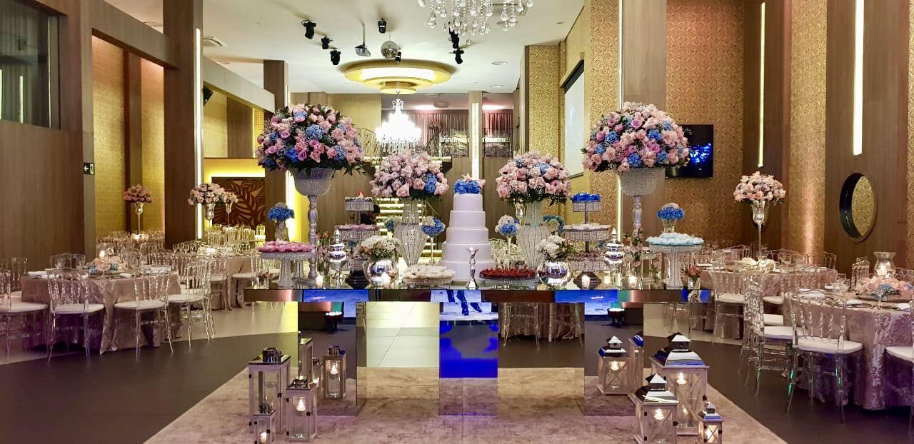 Mesa Do Bolo Espelho Arranjos Flores Rosa E Azul Casamento