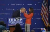 Donald Trump Le Pide A Una Mujer Que Le Toque El Pelo Para Verificar Que No Es Un Peluquín #Video
