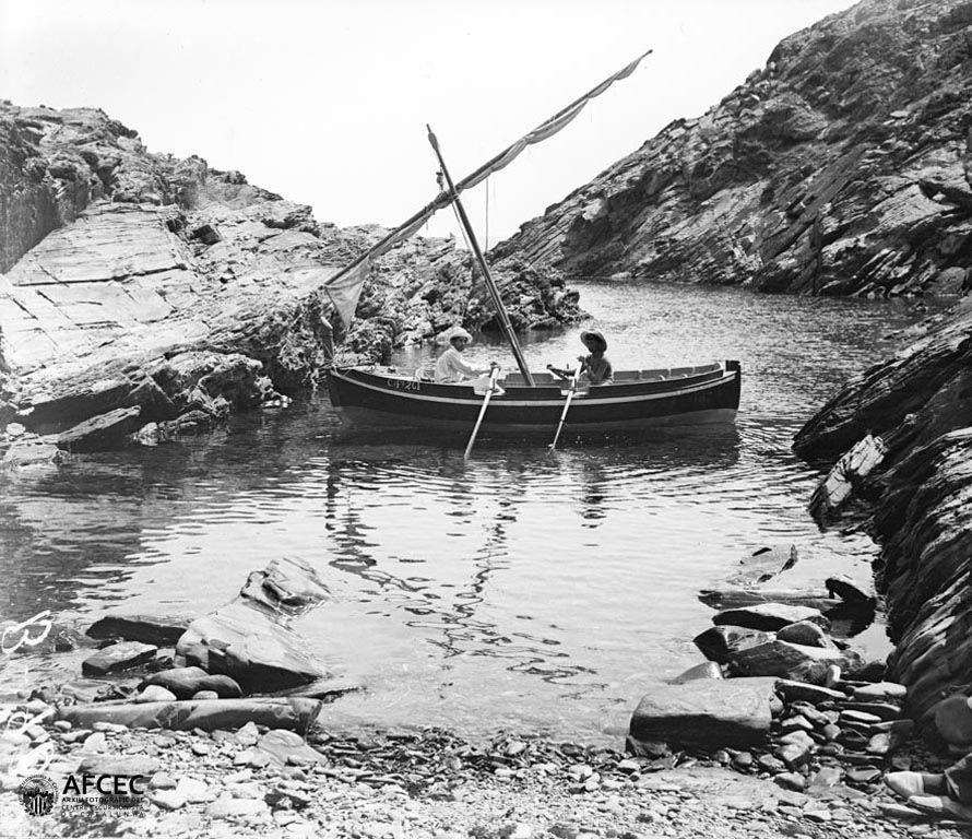 Dues persones a bord d\'una barca a la cala Torta de Cadaqués, 1907 ...