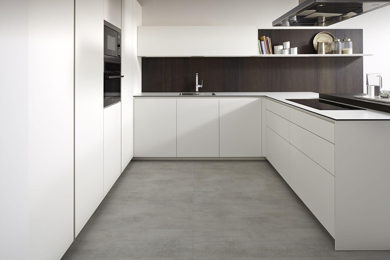 dica   Serie 45 Una cocina blanca combinada con madera oscura, con ...