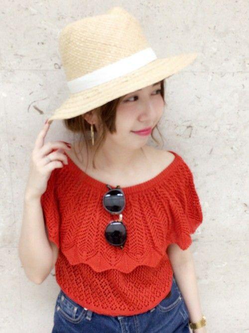 レッドが目を引くオフショルニット( ˊᵕˋ ) カギ編みがとっても可愛いんです…♡ 5月中旬入荷予定