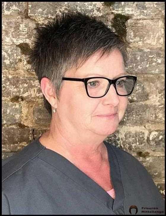 18 besten Frisuren für ältere Frauen, die eine Brille ...