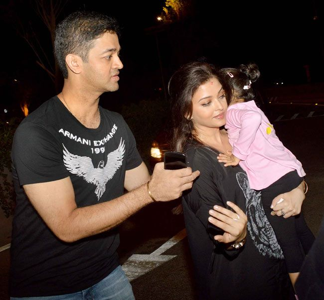 Aishwarya Rai Bachchan With Brother Aditya And Daughter Aaradhya Bollywood Stars Bollywood Bollywood Celebrities