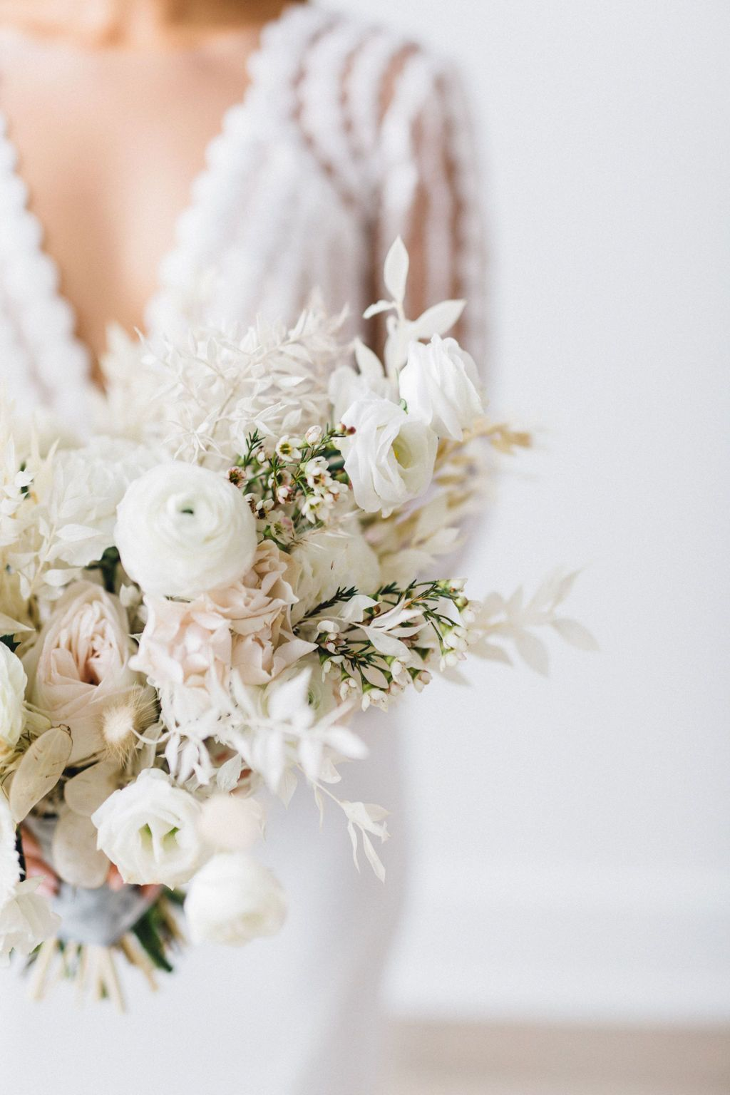 Modern Minimalist Wedding Inspiration That Proves Less Is More In 2020 Modern Wedding Bouquets Modern Minimalist Wedding Modern Wedding Inspiration