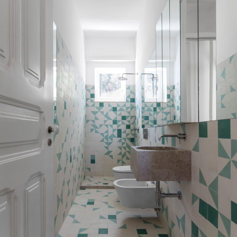 Bano Verde Y Blanco Muy Veraniego Con Esta Ceramica Portuguesa Tan Actual Bano Verde Banos Ceramica Portuguesa