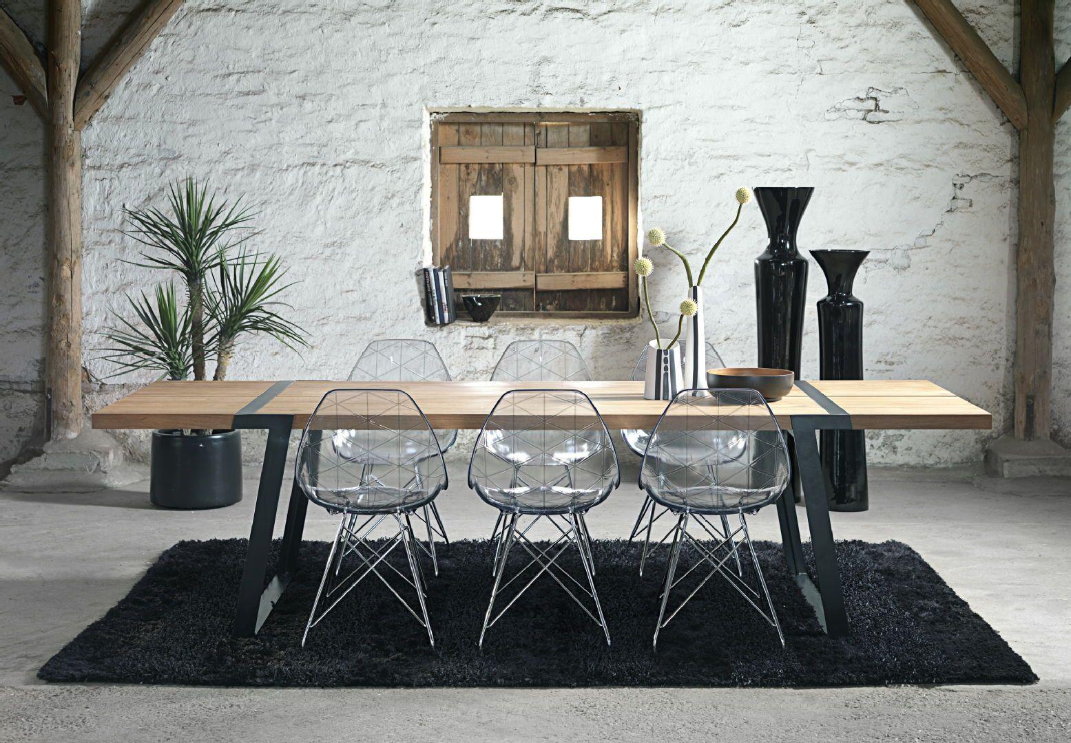 Läpinäkyvät tuolit antavat modernin säväyksen rouheaan tilaan ja toimivat upeasti puisen pöydän parina. Klikkaa kuvaa, niin näet tarkemmat tiedot.
