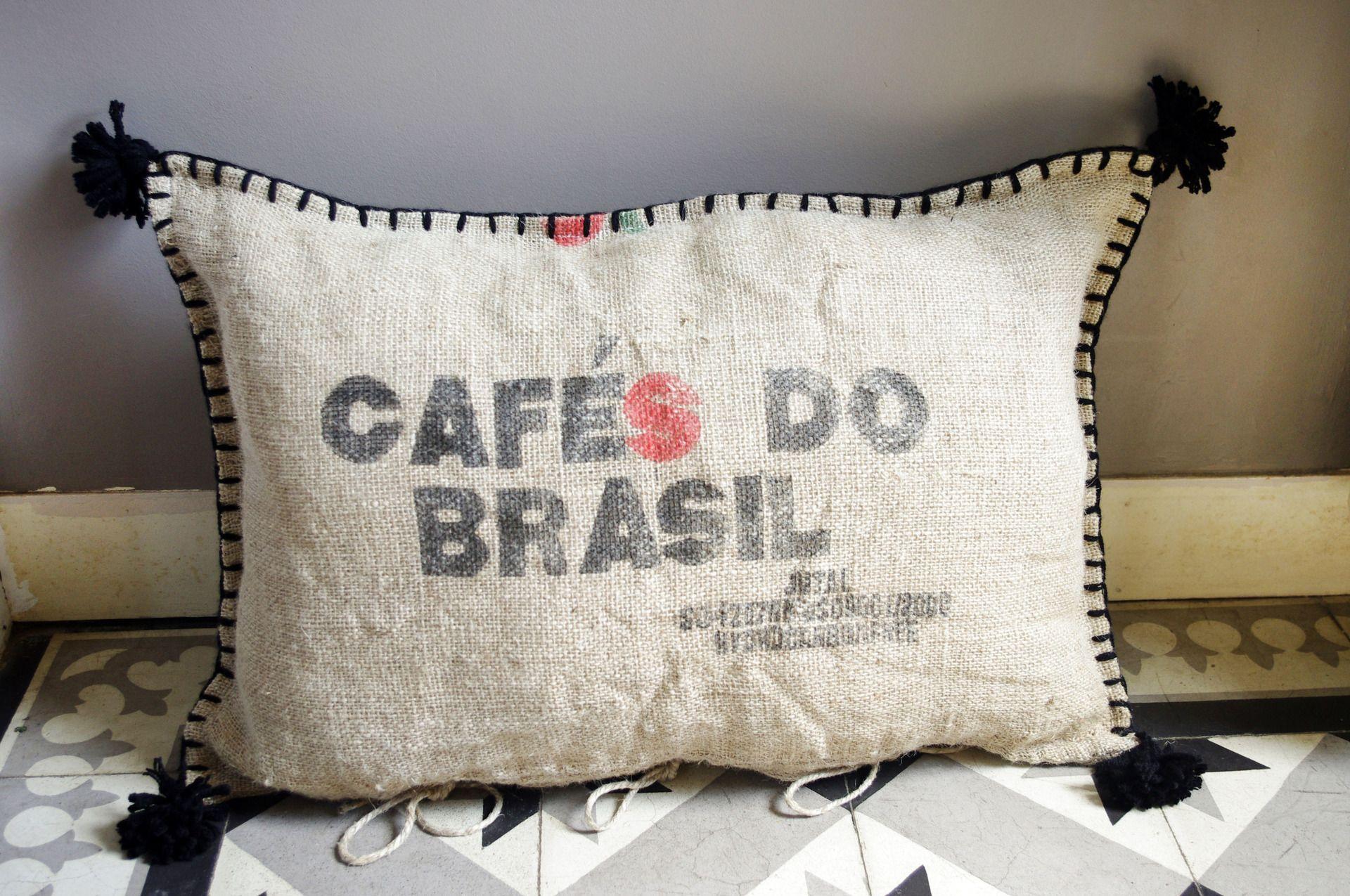 coussin de sol en sac caf do brasil de jute textiles et tapis par abracadabroc couture. Black Bedroom Furniture Sets. Home Design Ideas