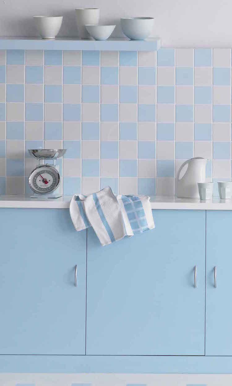Küchenwand mit Schach-Muster in Weiß und Hellblau | Wandideen ...