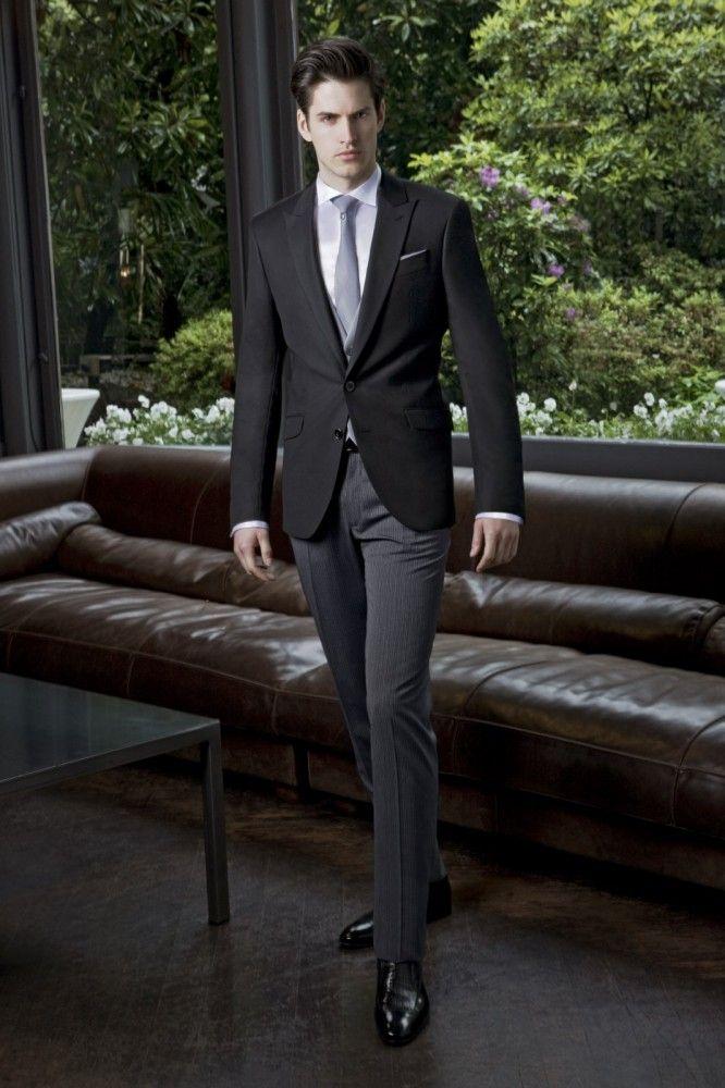 Costume haut de gamme homme de la collection Javier Arnaiz. Costume 4  pièces comprenant veste pantalon gilet et parure. Veste courte noire mat  centrée b0ff60d4182
