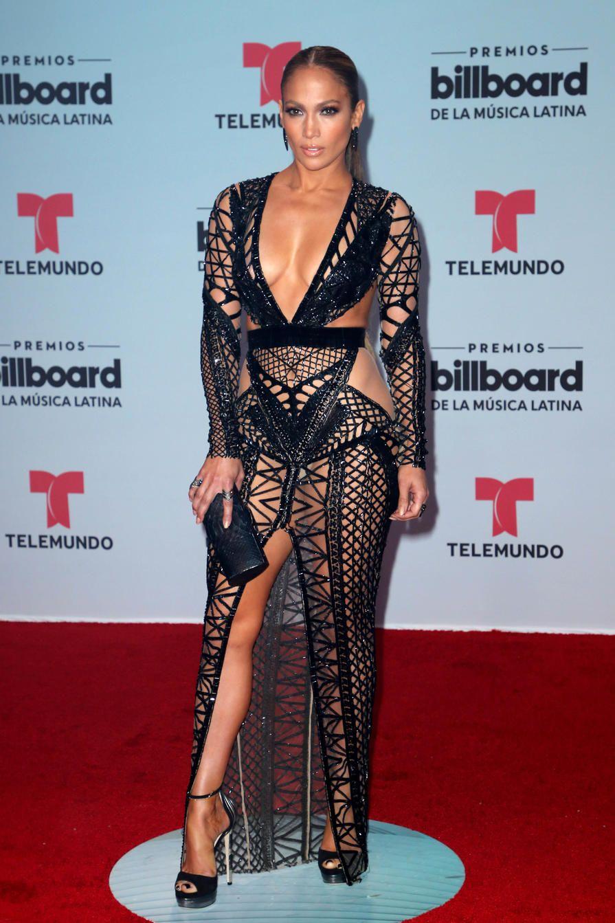 Ardiente y única,Jennifer Lopez llegó escotada por todos lados.