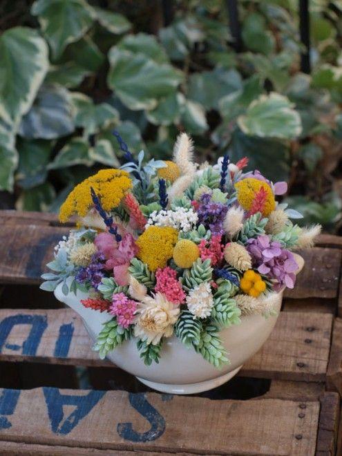 Centro de flores secas y artificiales en una sopera - Arreglos florales con flores secas ...