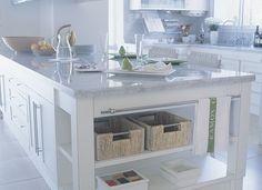 Esta cocina da mucha sensación de claridad. Sobre el blanco, se destacan el acero cromado de los herrajes y el mármol de Carrara de mesadas ...