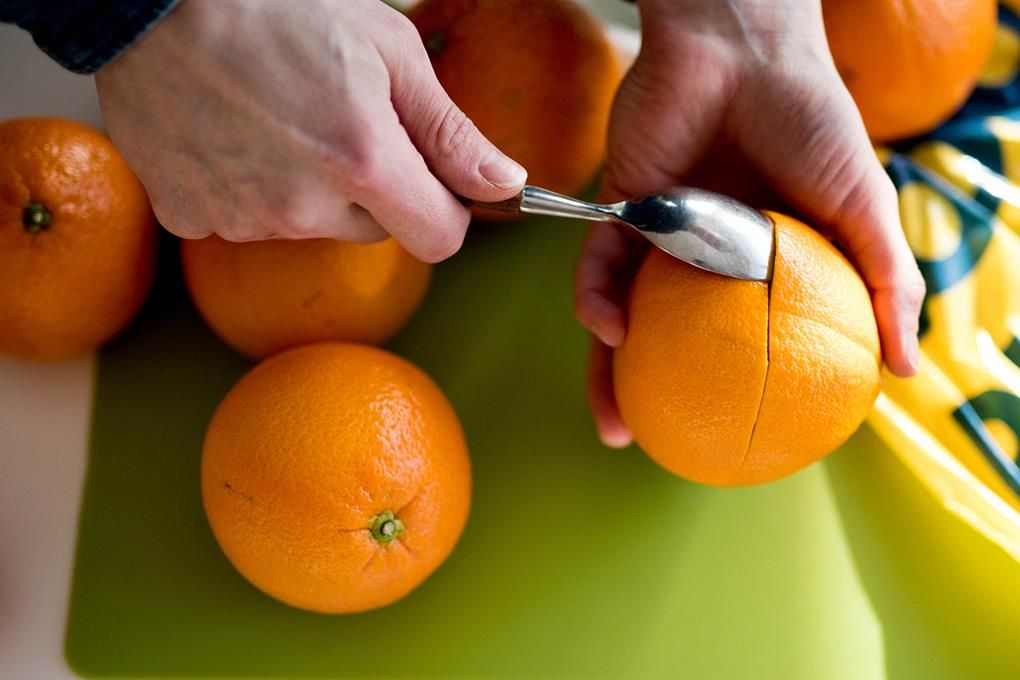 Appelsin er obligatorisk på tur. Sjekk to metoder som gjør at du skreller appelsinen i en fei - uten å bli klissete på fingrene.