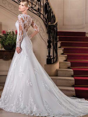 4d0f812ae936 Vestido de noiva semi-sereia, decote princesa, mangas longas, tela  paetizada sobreposta por tule com barrado e aplicações de renda, parte  superior bordada ...