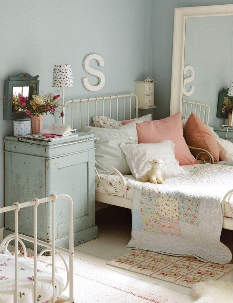 mintgr ner nachttisch und wei er metallbett im kinderzimmer wohnen pinterest mintgr n. Black Bedroom Furniture Sets. Home Design Ideas