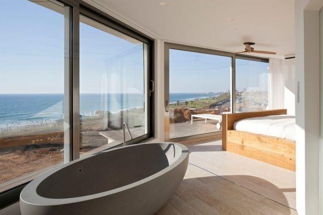 bodenebene badewanne aus beton-direkt am fenster im schlafzimmer
