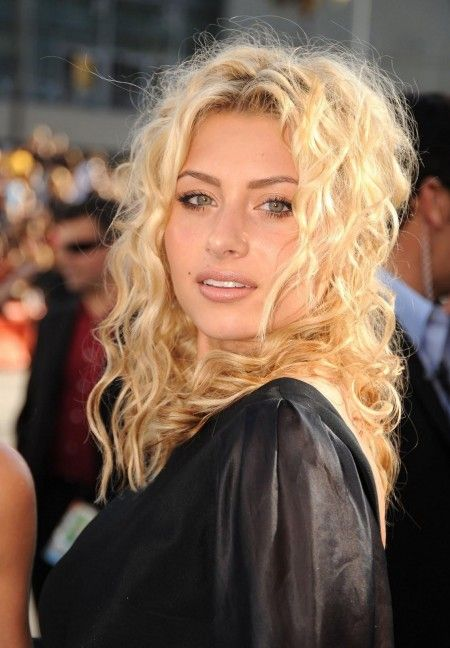 Aly Michalka Is An American Actress And Recording Artist Michalka Gained Fame For Playing The Curly Hair Styles Naturally Curly Hair Styles Blonde Curly Hair