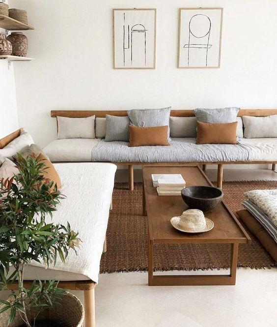 Zartes Beige Mit Holzmöbeln: Ein Gemütliches Wohnzimmer Mit Einem Weißen Hintergrund