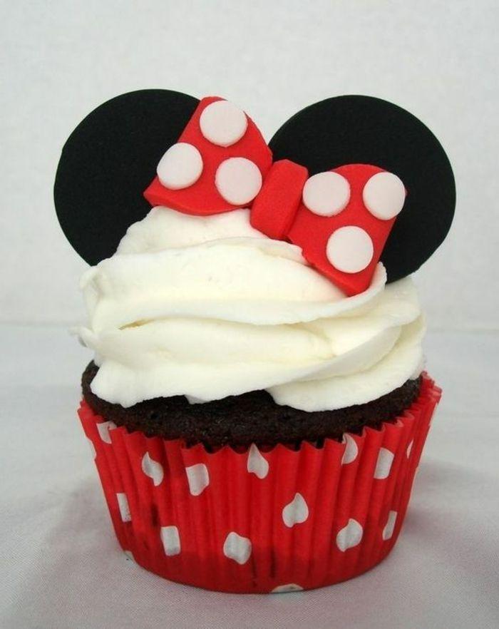 cupcake minnie, die maus mit ohren und schleife aus fondant und weißer sahne