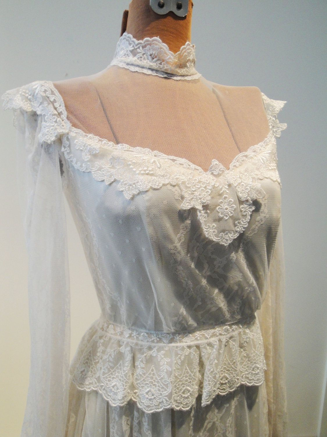 Neckline us classic gown in cream lace with train size small
